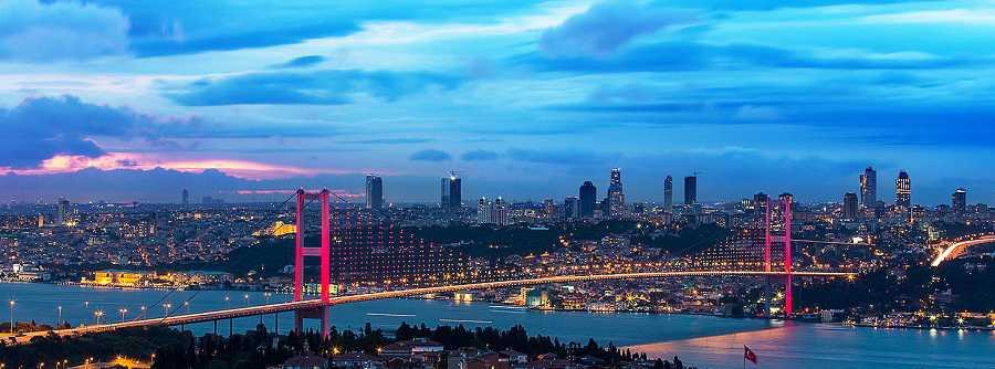 مرشد سياحي عربي مع سيارة في تركيا