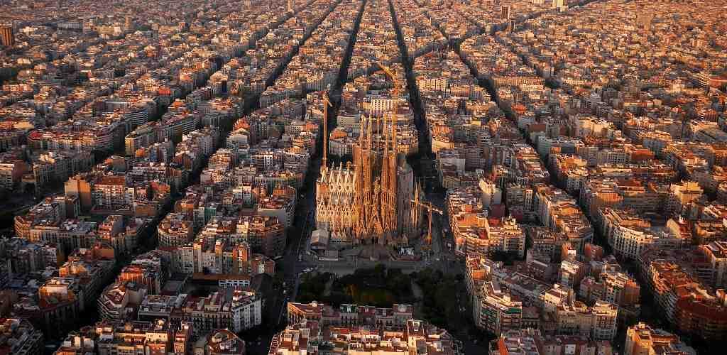 La Sagrada Familia Kilisesi ve Eixample Bölgesi