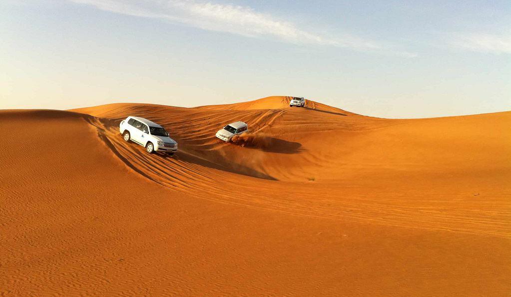 dubai'de jeeplerle 4x4 çölde safari ve deve turu