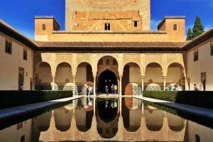 Alhambra Sarayı Mersin Ağacı Avlusu