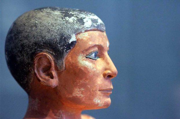 Artefactos históricos egipcios en Museo del Louve, Paris