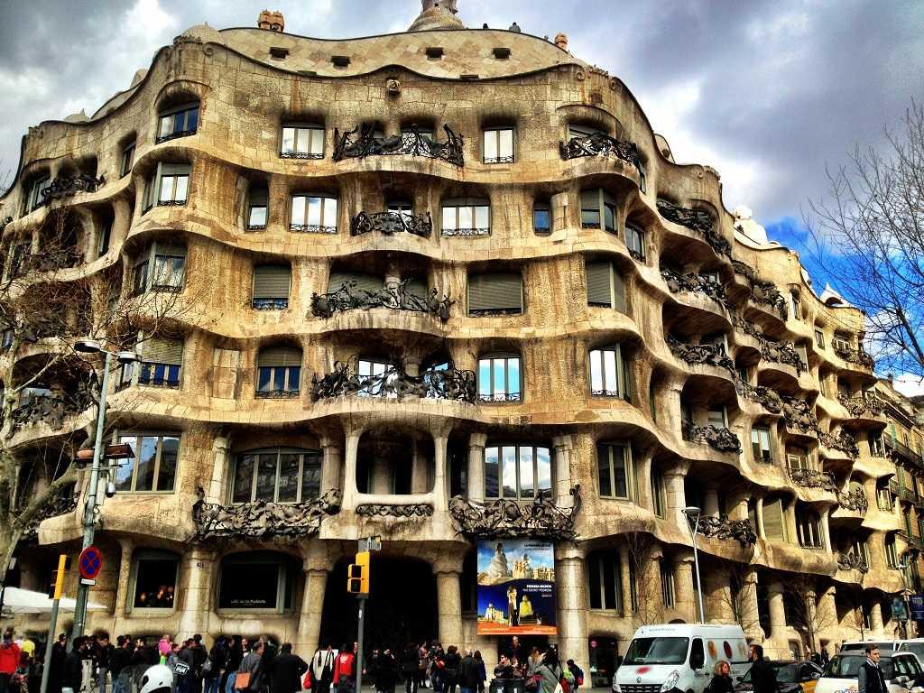 La Pedrera, Casa Mila, Gaudi'nin başyapıtı, bacalar