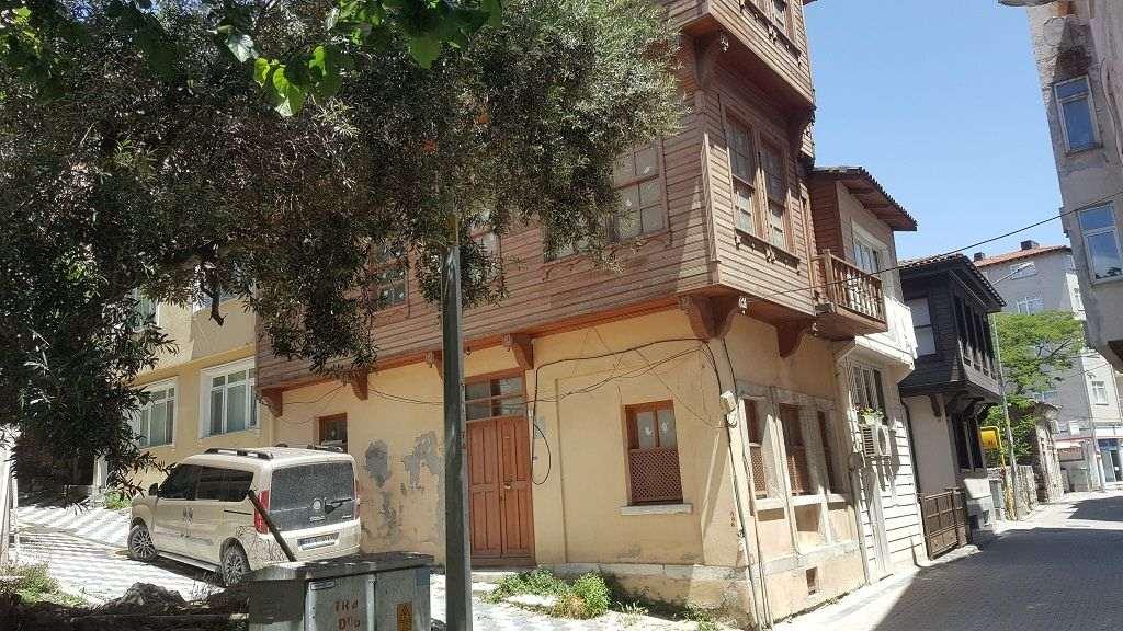 marmara adasının merkezinde eski tarihi evler
