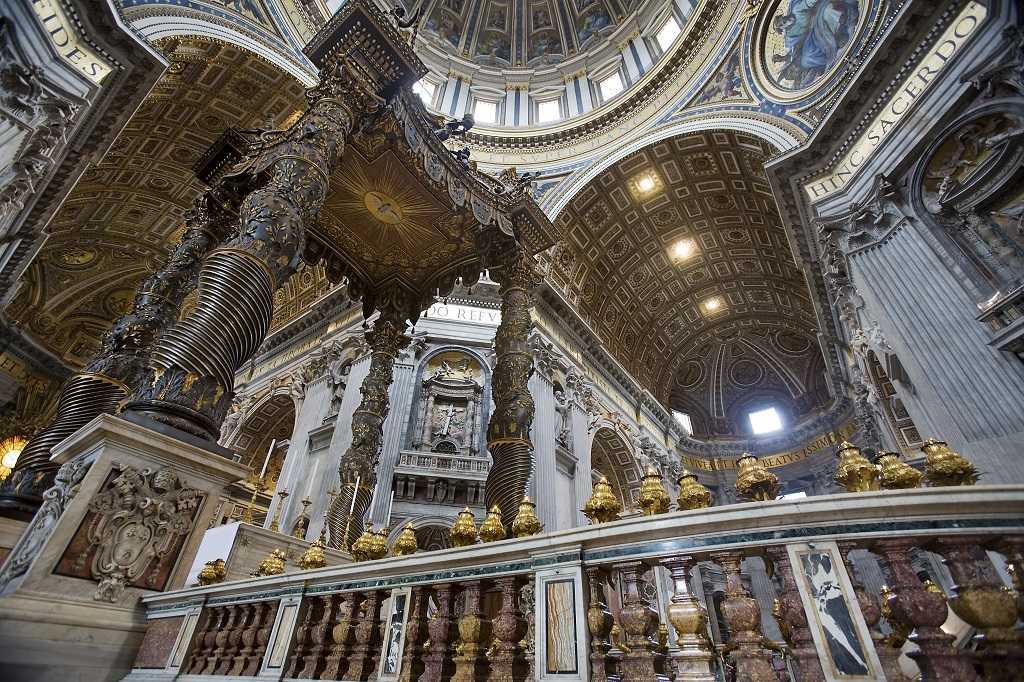 Bazilikanın içinden kubbe detayları ve Bernini'nin baldakeni.